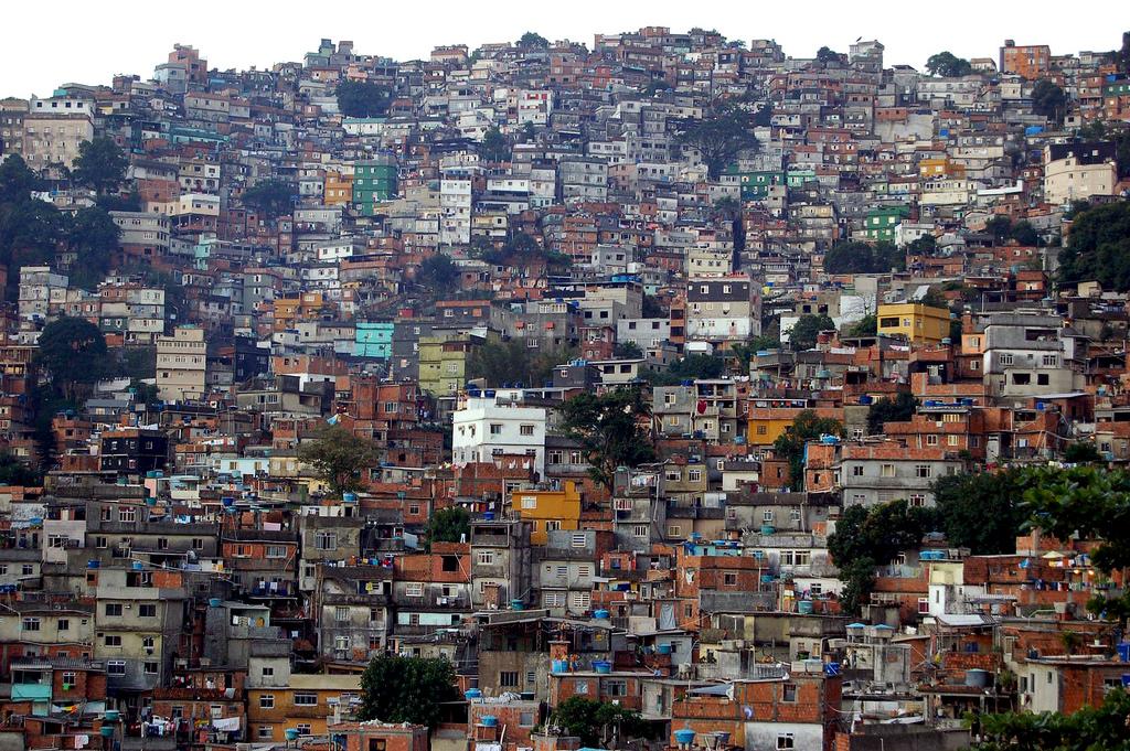 algum palpite descubra como surgiram as favelas no rio de janeiro