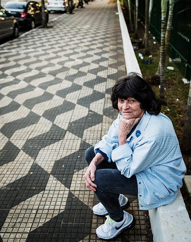 Imagem de Mirthes Bernardes ao lado da calçada