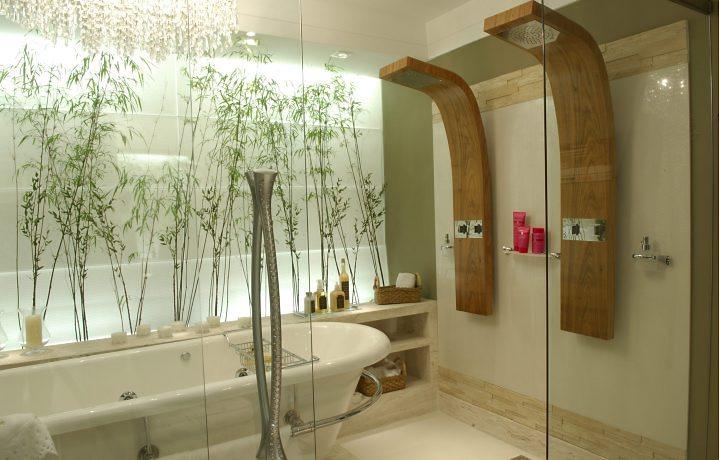 Banheiro com banheira, jardim de inverno e decoração inspirada em spa
