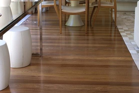 Imagem de piso de madeira com tonalidades diferentes, estilizado