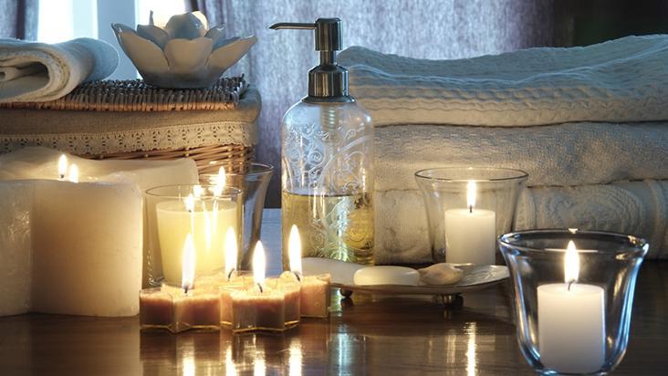 Imagem de velas e produtos para um dia de spa em casa