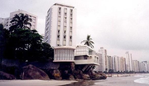 Imagem da Casa de Pedra, frente à praia