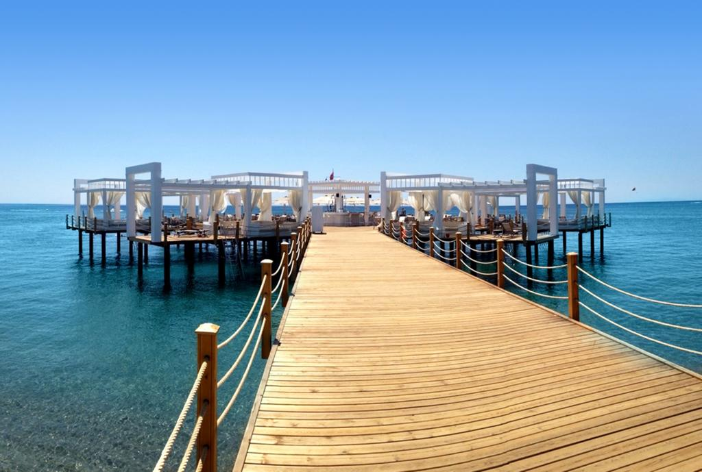 Imagem do cais exclusivo, no mar, frente ao hotel, com acesso por ponte de madeira