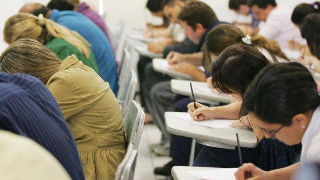 Imagem de candidatos fazendo prova  concurso público para arquitetura