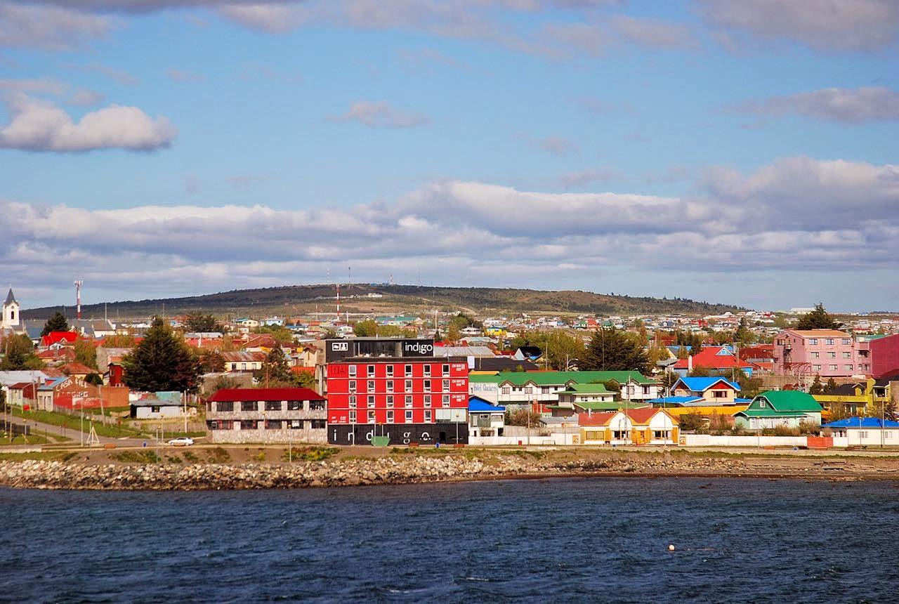 Indigo Hotel, à beira mar e construções ao fundo na cidade, coloridas
