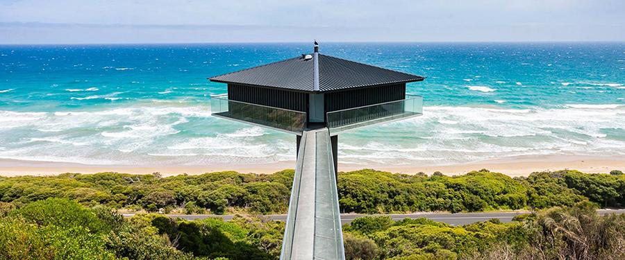 Imagem de casa construída com entrada para o mar