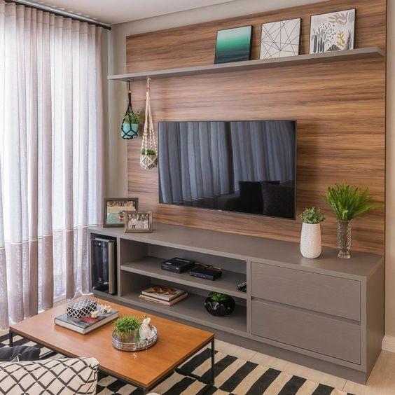 Imagem de rack com prateleira acima e painel traseiro em madeira